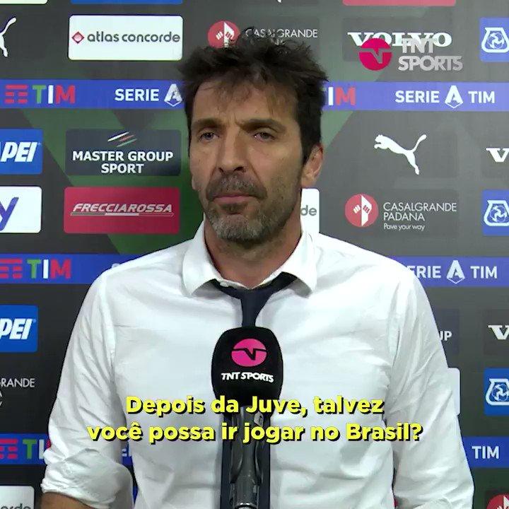 Eu na inocência perguntando a Buffon se depois da Juve, ele não poderia jogar no Brasil e ele me responde isso aí!  https://t.co/thFWhNfNHz