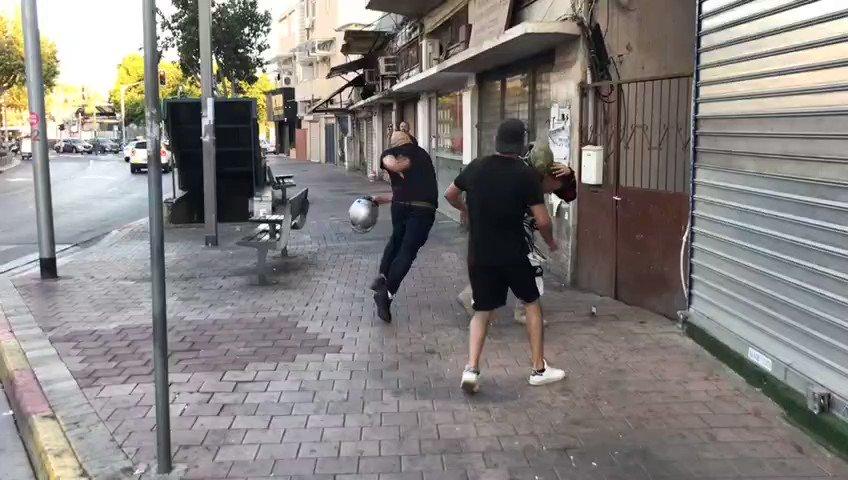 צלם כאן 11 רולנד נוביצקי הותקף במחאה בתקווה ומצלמתו נחטפה ממנו. התוקף נעצר. סרטון קשה. https://t.co/FlU0LCiO6g