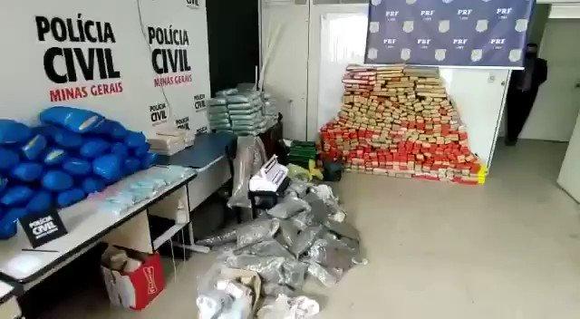 - Mais um enorme carregamento de drogas foi apreendido pela @PRFBrasil em conjunto com a @pcmgoficial :  Em média:  . 100 kg de cocaína,  . 100 kg de skank,  . Centenas de comprimidos de ecstasy,  . 3 toneladas de maconha, https://t.co/UuDOmCjbyv
