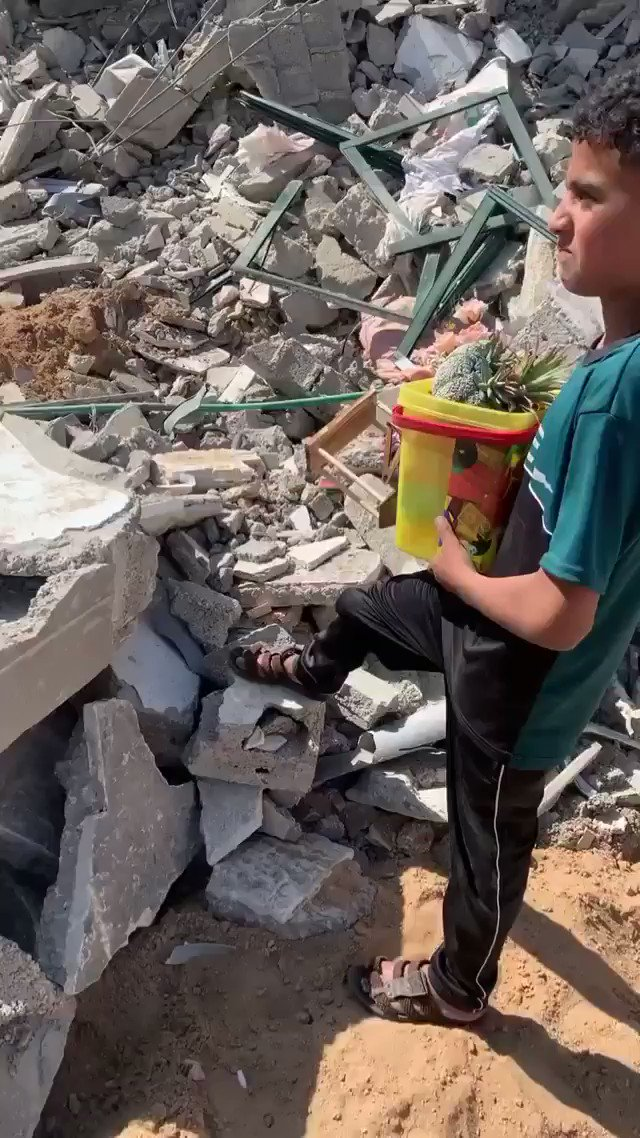 Palestinian Kids in Gaza looking for their toys between all those destructions in Eid https://t.co/6YQ0fznP5X