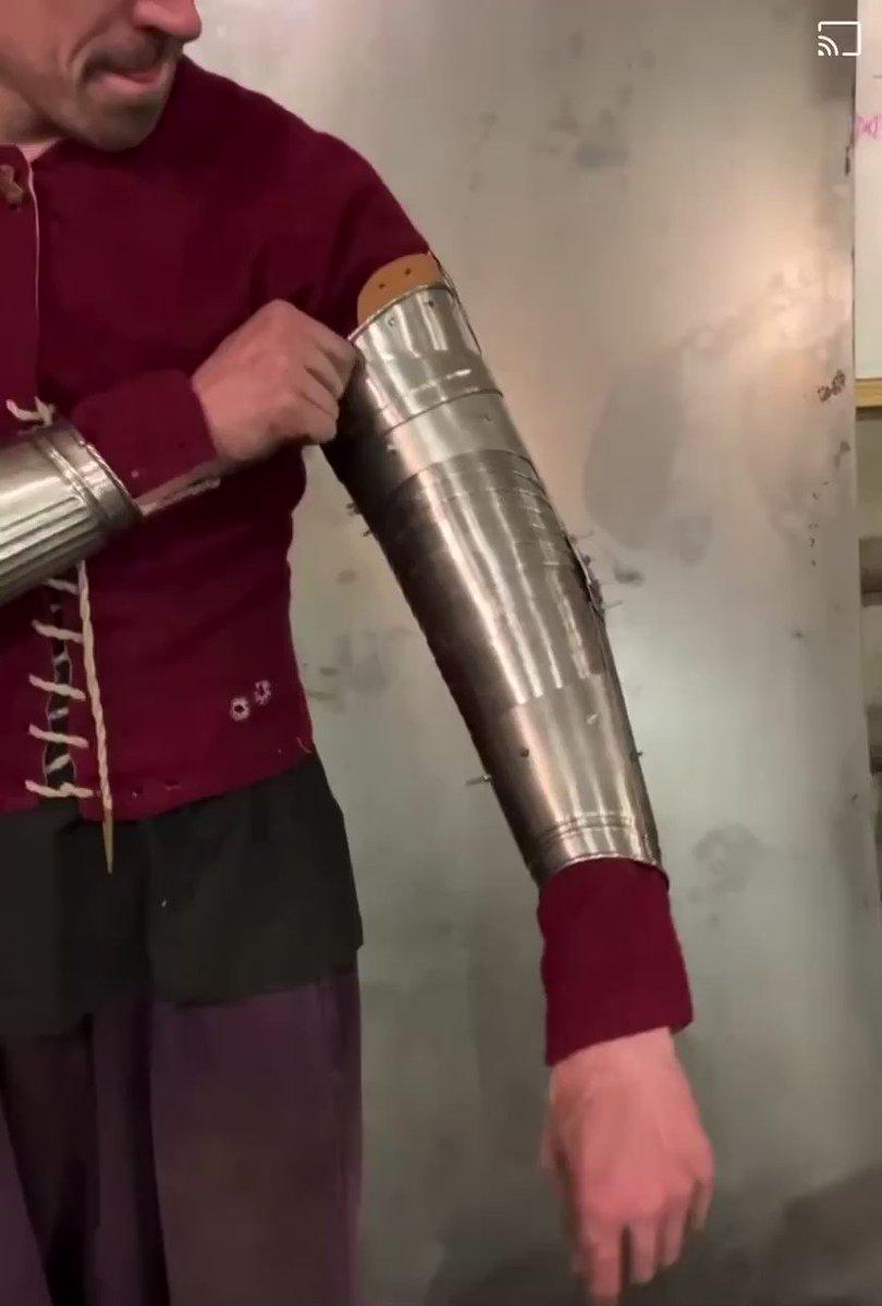 ヨーロッパのアーモリーが作ってる途中の16世紀のマクシミリアン甲冑を模した腕鎧☆ 腕全体を隈なく守ってかつ動くのも凄いけど、上腕部構造がインパクトあるね☆ #アーマードバトル #buhurt
