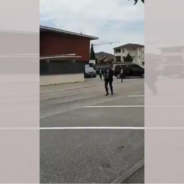 """شاهد مواطن فرنسي يصفع الرئيس «إيمانويل ماكرون» على وجهه خلال زيارة لجنوب شرق فرنسا ويهتف """"تسقط الماكرونية""""."""
