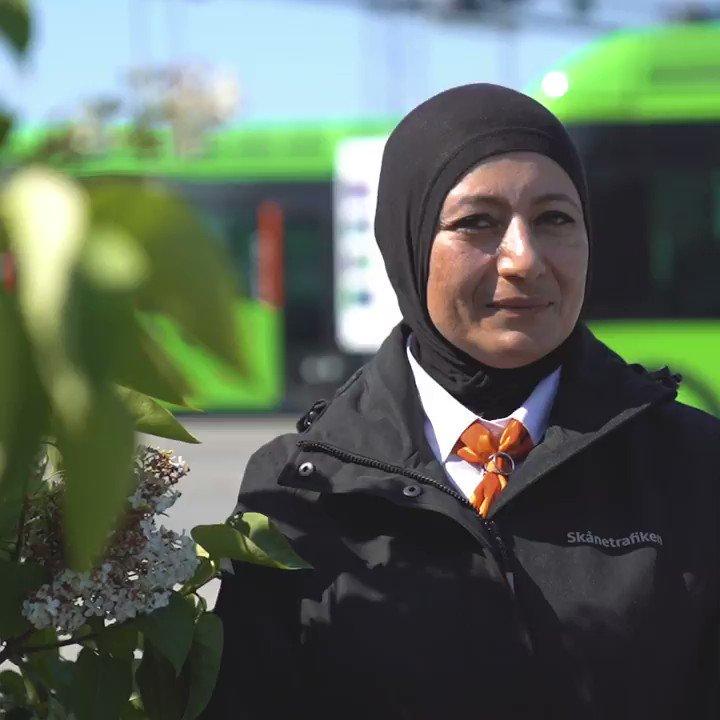 Från och med söndag rullar det 112 elbussar på Malmös gator. Idag hänger vi med Soha som berättar om sitt jobb som bussförare och vad de nya bussarna kommer betyda för staden 💚   Tillsammans för en hållbar framtid 🌍 https://t.co/l4KXfCBM5v