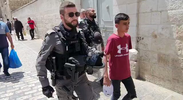 قوات الاحتلال تقتاد الأطفال المعتقلين إلى مركز شرطة الاحتلال بالقرب من باب الأسباط https://t.co/l00L9mKvO7