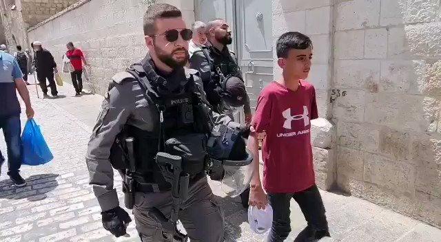 قوات الاحتلال تقتاد أطفال معتقلين إلى مركز شرطة الاحتلال بالقرب من باب الأسباط #AlAqsaUnderAtrack #SaveSheikhJarrah #IsraelTerrorist https://t.co/laQn3IjnGi