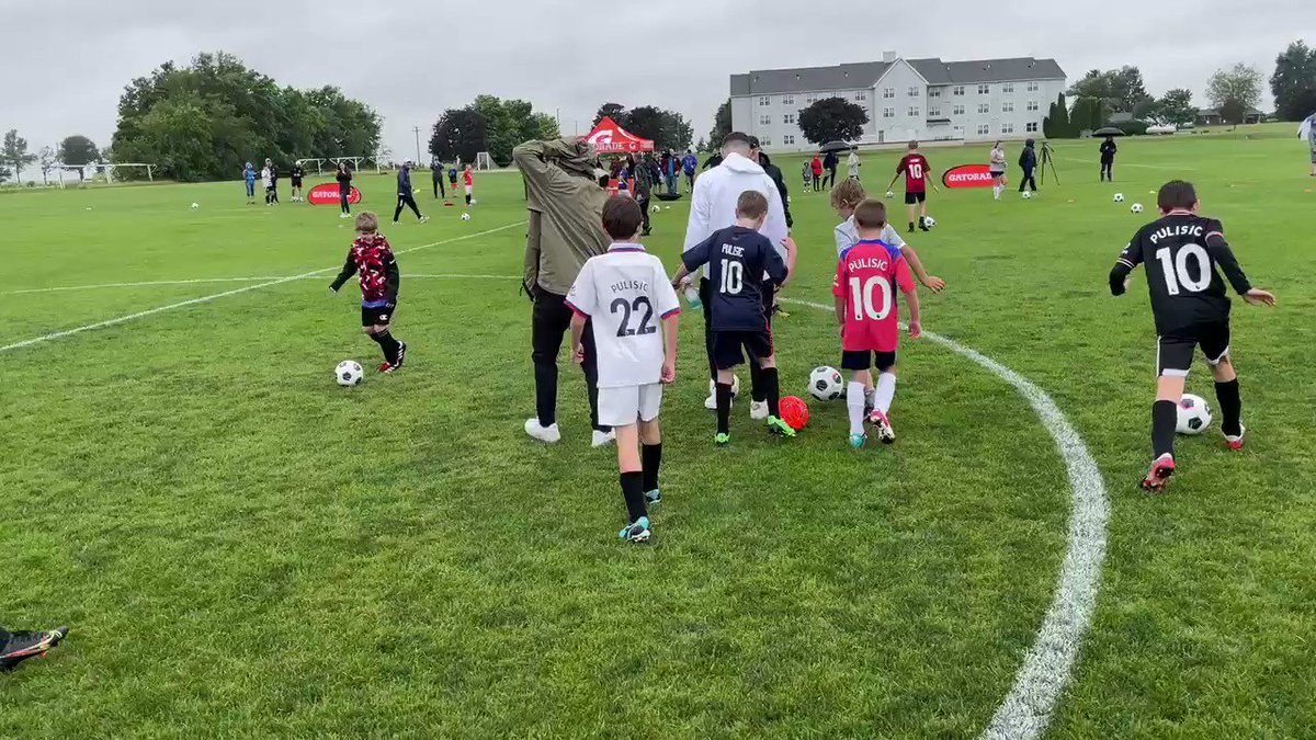 Christian Pulisic went back to Pennsylvania and spent time kicking the ball with kids on the fields where he learned to play 😍  (🎥: @BseidersPhotog, CBS21 WHP)  https://t.co/xsh799DKv1