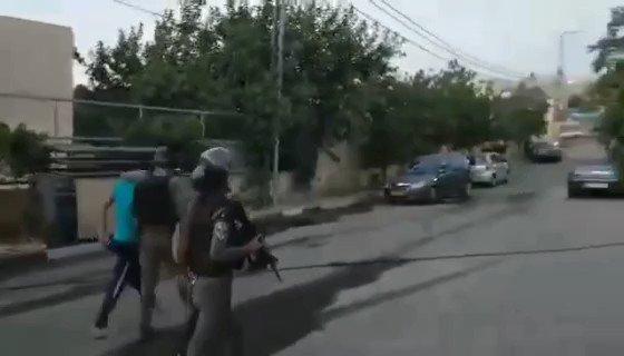 Fuerzas de ocupación israelíes arrestan a 3 niños Palestinos de una cancha de fútbol en el campo de refugiados de Aida, en Belén, en Cisjordania ocupada hoy. https://t.co/GL2kKGR1u4