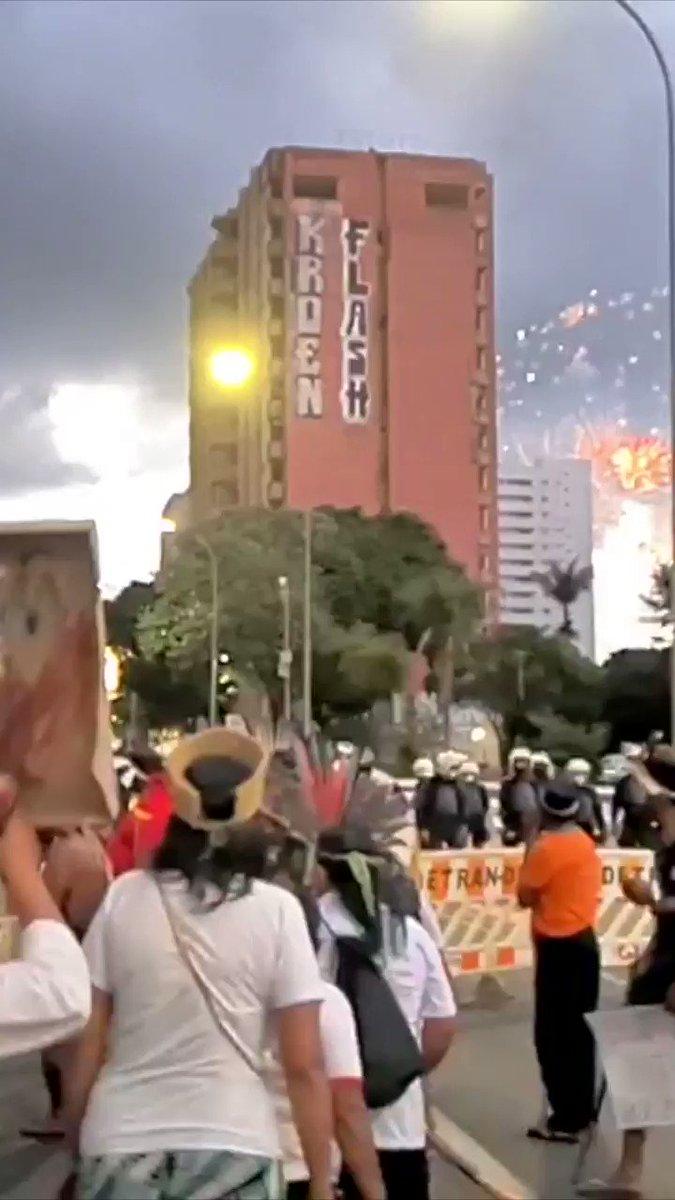 No momento em que os fogos da #CopaAmérica estão sendo lançados no céu, os povos indígenas estão nas ruas de Brasília pedindo vacina e #DEMARCAÇÃOJÁ! https://t.co/MrtYSWMBdR