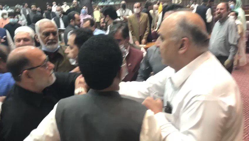 علی نواز اعوان نہ صرف وزیراعظم کے معاون خصوصی ہیں بلکہ اسلام آباد جیسے نسبتا پڑھے لکھے شہر سے انکا تعلق اور یہ ایک مناسب شخصیت ہیں لیکن اسکے باوجود اگر انکی زبان اتنی فحش ہو سکتی ہے تو پھر اس ملک کی سیاست پر انا للّٰہ پڑھنے کا وقت آ چکا ہے۔ نوٹ: خواتین اس ویڈیو کو مت دیکھیں https://t.co/Kz2D8pJaby