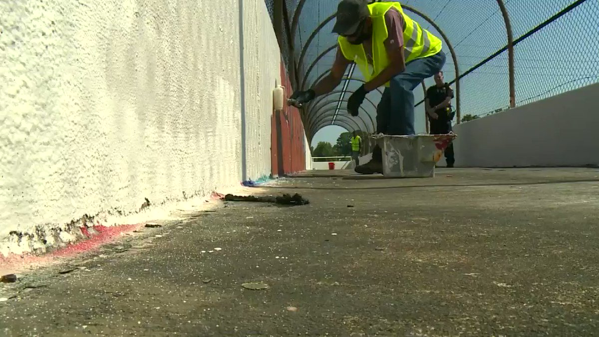 """So, @HarrisCoPct2 is funding a pilot program to combat graffiti, trash, illegal dumps.   It's a """"before & after"""" with a deeper meaning, because the people wiping the slate clean are getting a fresh start themselves.🥰  #TexansHelpingTexans #khou11 #MMJ @HCSOTexas @CareerRecovery https://t.co/gTnpkomcAS"""