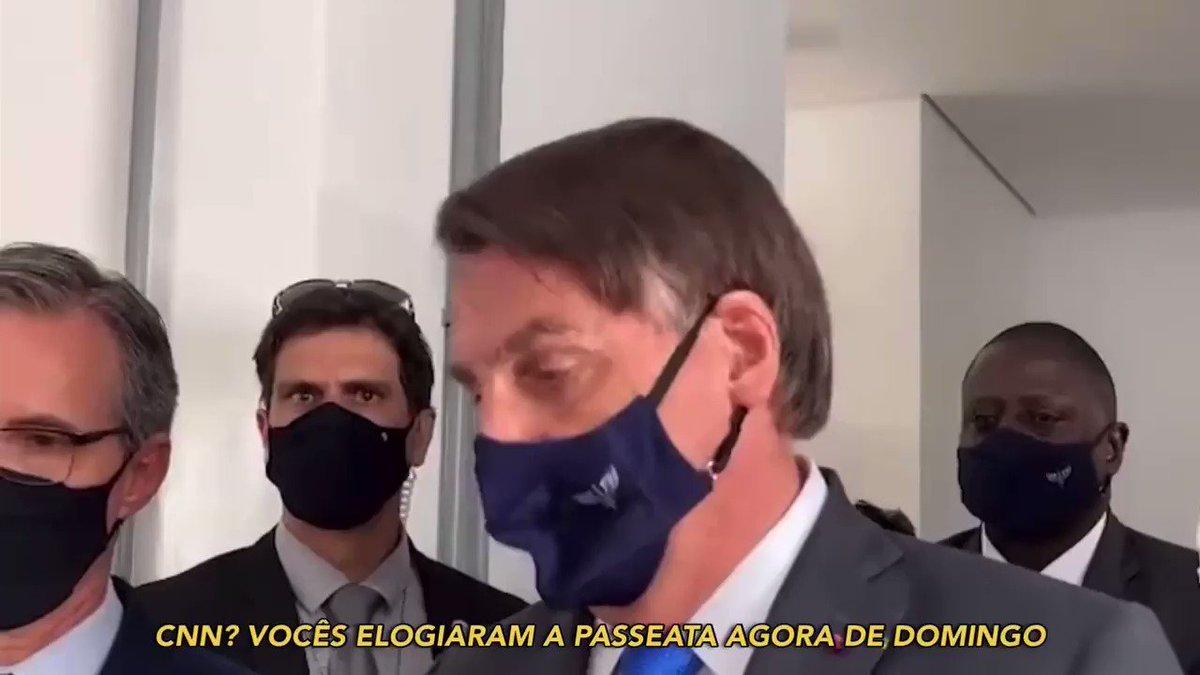 """Irritado com jornalistas, @jairbolsonaro reclama da CNN por ter elogiado manifestações do fim de semana, ataca repórter de afiliada da tv Globo e manda o próprio staff """"calar a boca"""".  Presidente também tirou a máscara após ser perguntado sobre uso da proteção.  🎥: @SamPancher https://t.co/gJjvAHJx2E"""