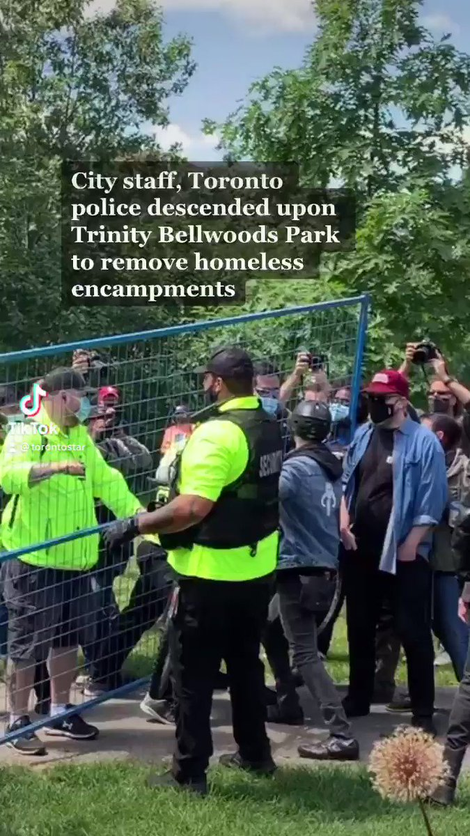 Scuffles break out in Trinity Bellwoods after Toronto police and city staff descend on the park to remove encampments. @EVYSTADIUM has more. Video and photos by @emathieuStar and @SteveRussell.  Story by @akrit_michael @breanna_xcarter + @_VictoriaGibson: https://t.co/1ecWcvaaix https://t.co/o597QQFcaZ