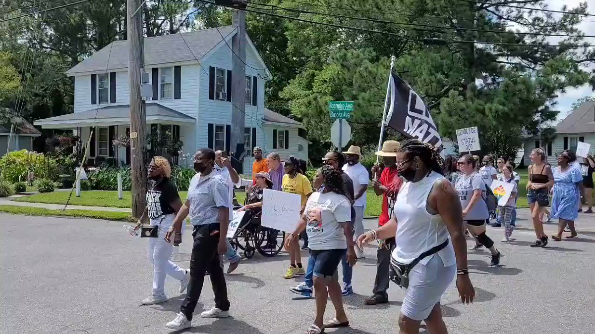 We are now marching up to #AndrewBrown's house in #ElizabethCity https://t.co/d2JyQMJyee