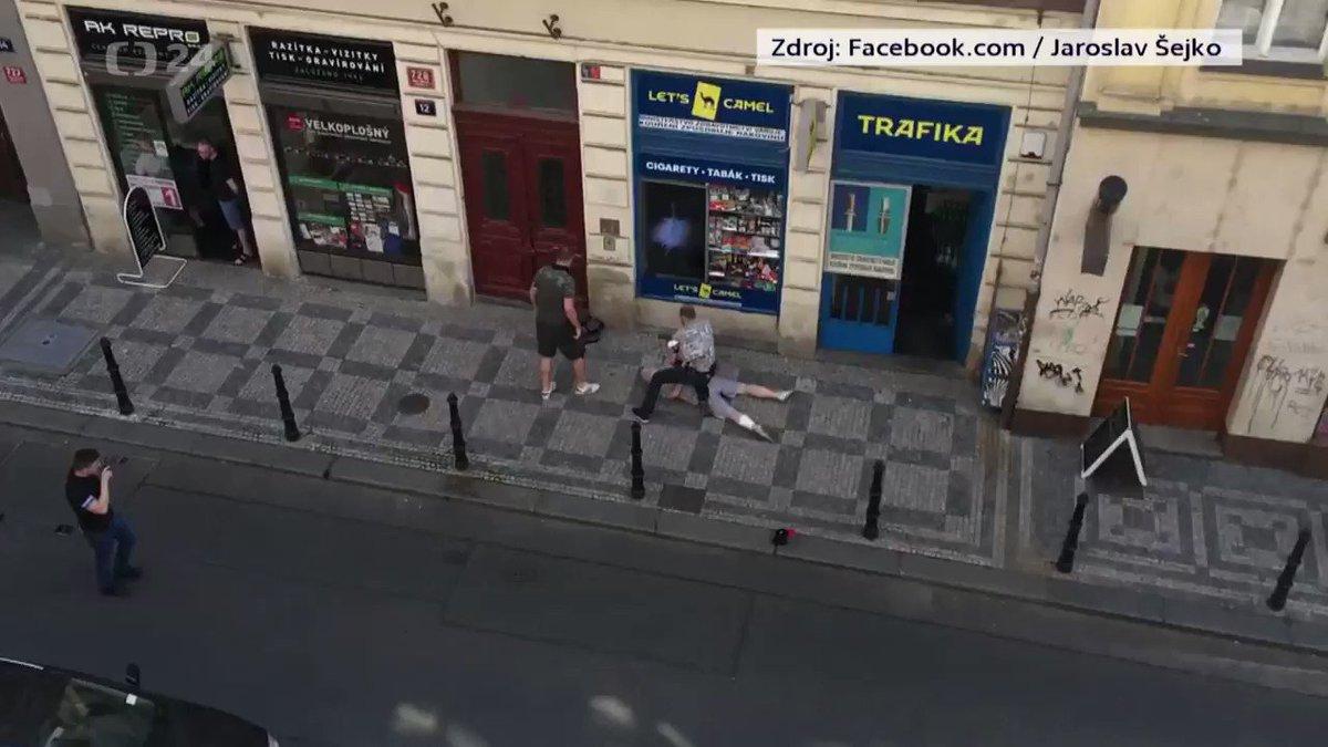 Policisté zadrželi podezřelého z dopolední vraždy úřednice v pražské Bělehradské ulici a krátce poté se na sociálních sítích objevilo video, na kterém je podle autora zákrok zachycen. Podle redaktorky ČT muže policisté dopadli v Palackého ulici. https://t.co/ofa5eKJedM