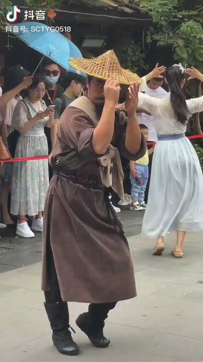 TikTokでバズっている林教頭!独特の踊りで思わず何度も見てしまうw