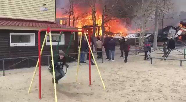 後ろで大炎上しているけど?ロシアの公園の様子!