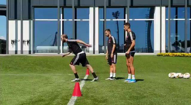 数十メートル先のDFをかわしてゴールまでダッシュする練習。一人目イグアイン、二人目がロナウド。34歳の動きじゃないなw #サッカー動画 #サッカー好きな人RT https://t.co/54eai0A5wT