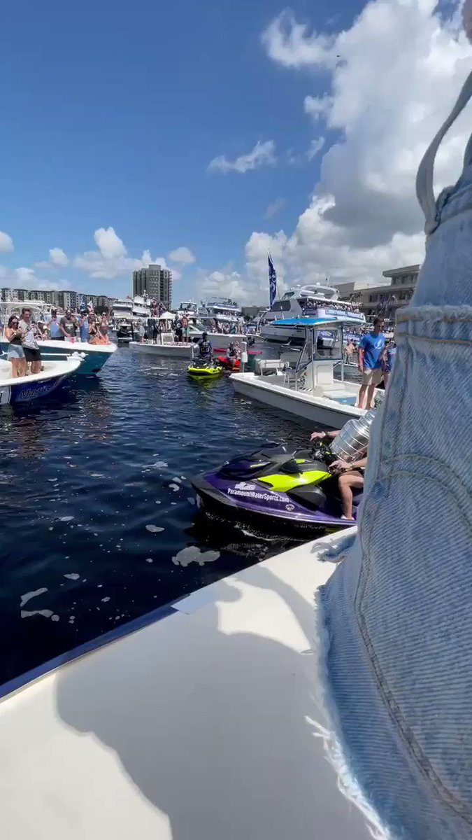 Tampa Bay Lightning taking their Stanley Cup on the water  Back-to-back champions 🏆   (via @TBLightning) https://t.co/r4PPGjZrvs