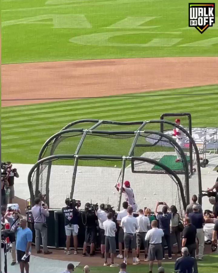 Ohtani nearly clears the stadium.  IN BATTING PRACTICE 😱 @BRWalkoff  https://t.co/q02caItIA9