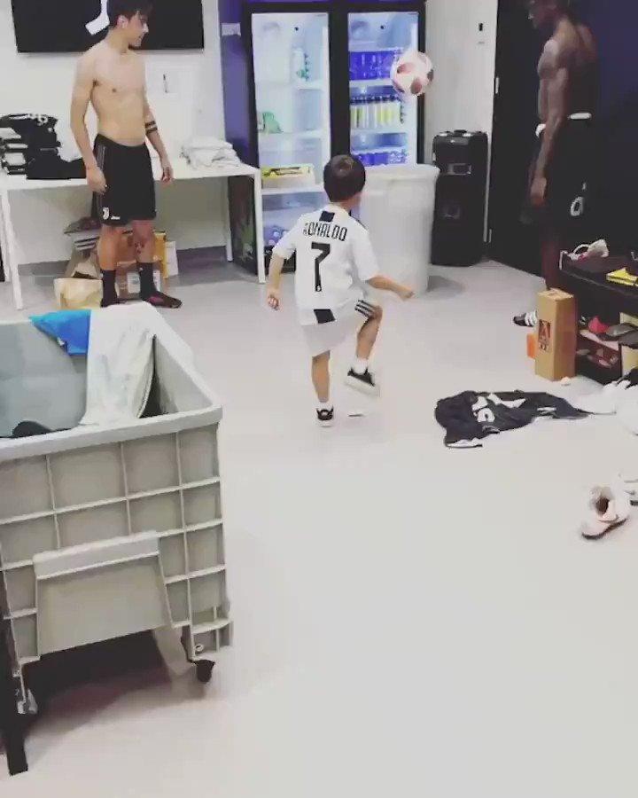 ディバラ、モイーズ・キーンと遊ぶエディン・ピャニッチ君。2年前にメディアで見た時はお父さんのユニ着てたけど、アイドルが変わったのかな。 #サッカー動画 #サッカー好きな人RT https://t.co/MRqzBThTLu