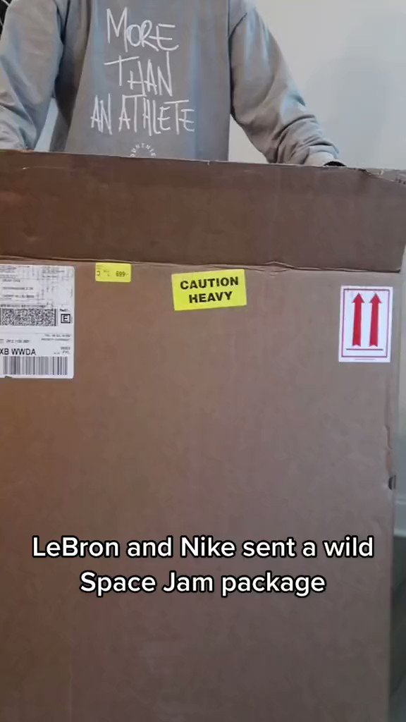 Unboxing a special package from Nike and @KingJames 🤯 @OrunyChoi https://t.co/g6FjkQTVO1