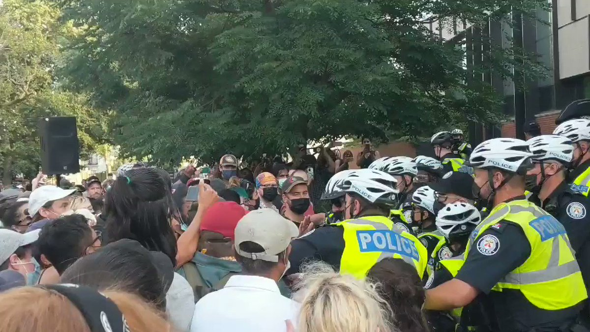 """Cw: police beating demonstrators at the front of the station. One says """"who's good to go? Orange bag!?"""" And points at a peaceful demonstrator. Some indiscriminate pepper spraying. Many people beat and sprayed. Some thrown to ground and tackled. Air is bad here. #topoli https://t.co/BVynKGqgAq"""
