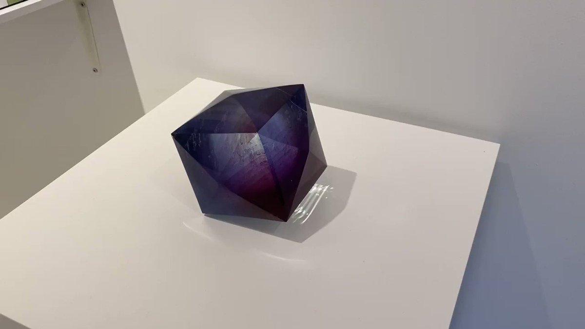 ガラス作家・伊藤景子さんの作品『射』が物凄い作品なのですが、写真ではそれを伝えきれないので動画を撮ってみました。 @JITSUZAISEI