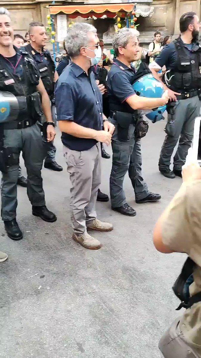 Image for the Tweet beginning: Polizia dei nostri...#NoGreenPass #ilpassnonpassa #Palermo