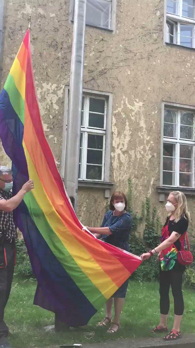 Anlässlich des #CSDBerlin hat gestern unsere Stadträtin #CarolinaBöhm für das Bezirksamt vor dem Rathaus #Zehlendorf die #Regenbogenfahne 🌈🏳️🌈gehisst. Mit dabei auch Vetreter*innen des @LSVD_BB. #PrideMonth #CSD https://t.co/W8Kc337tc3