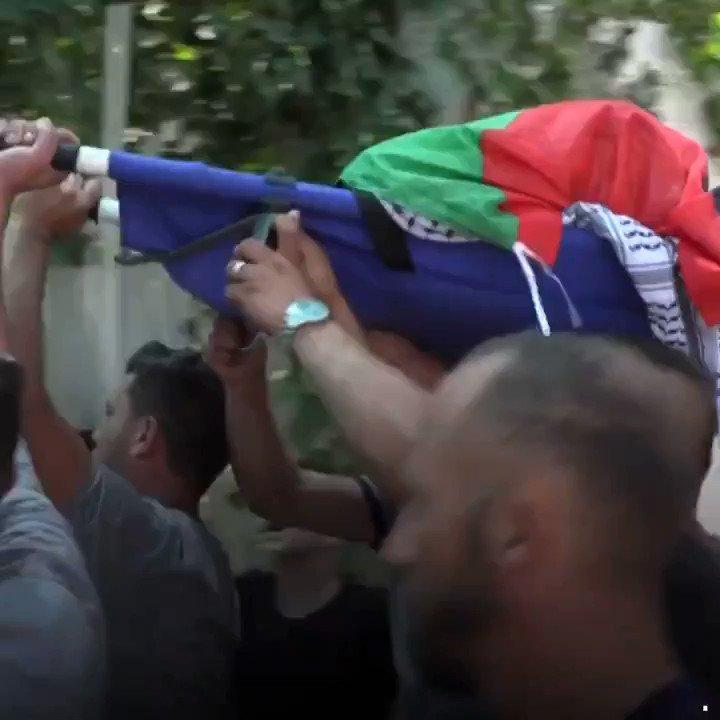 Muhammad Munir Al Tamimi, seorang remaja lelaki Palestin berusia 17 tahun maut ditembak di bahagian perut oleh tentera Zionis di perkampungan Nabi Saleh, Tebing Barat pada Jumaat lalu. Menurut kenyataan media Israel, Munir dikatakan telah membaling BATU ke arah tentera Zionis. https://t.co/bUvNQD3zvg
