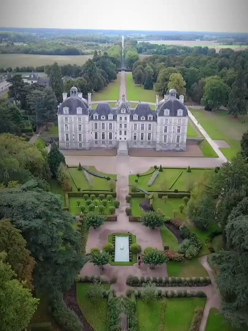 🔵 𝗠𝗢𝗠𝗘𝗡𝗧 𝗗𝗘 𝗣𝗢𝗘́𝗦𝗜𝗘 ❯ Depuis le ciel, le #Château de #Cheverny semble posé dans un écrin de verdure 🌳.  L'été est idéal pour découvrir la partie forestière du parc et profiter des jardins colorés 💐 & dépaysants.  #cetetejevisitelafrance 🇫🇷  #valdeloire https://t.co/KN4bAoPrqP