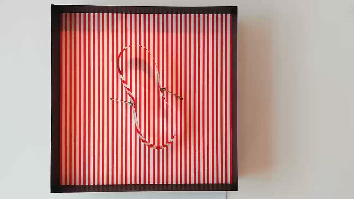 L'art cinétique est particulièrement mis en valeur. Julio Le Parc, Cercle en contorsion sur trame rouge (1969) https://t.co/kSHRQlnaMT