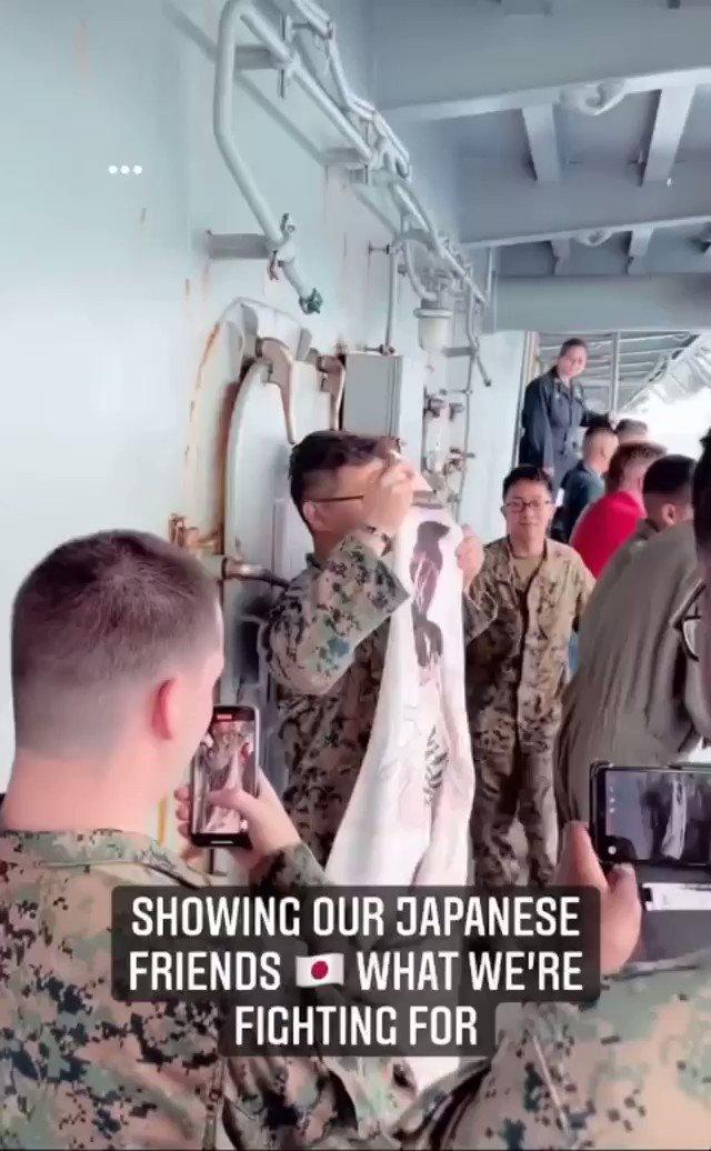 🇯🇵海上自衛隊と共同訓練中の🇺🇸海兵隊員さん、アニメ「冴えない彼女の育てかた(冴えカノ)」の抱き枕カバーを掲げて日本へのリスペクトを示す