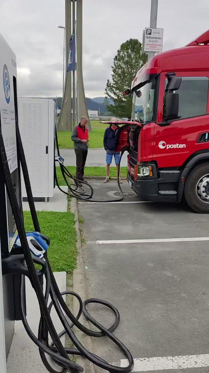 Scania-oppdatering: El-lastebilen har blant annet vært innom Bolleland, Hamar og Trondheim. Den kjører i dag videre fra Grong  🚛🔋⚡  Foto/video: Ole-Andre Isaksen (student ved UiT) og Daniel Hovland (Scania). https://t.co/eb5fK10NRk
