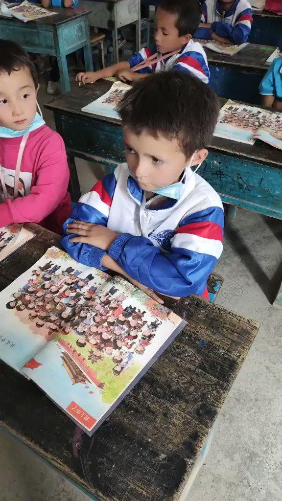 中国のウイグル人子供達に対する同化政策・洗脳↓ 「先生の質問:我々は何者か? 学生の発言:中国人 先生の質問:私たちの国は何ですか? 学生の発言:中華人民共和国 先生の質問:その国の首都はどこですか? 学生の発言:北京 先生の質問:私たちの国の国旗は何ですか? 学生の発言:五つ星の赤旗」