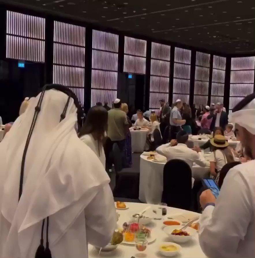 احتفل مواطنون من الإمارات وإسرائيل بالأعياد اليهودية معًا بهدف تعزيز التعايش السلمي بين الثقافات و…