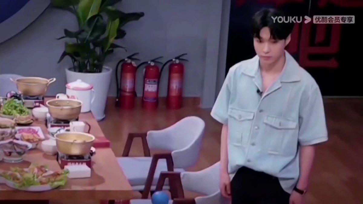 [210913] Let's Chat Kesitleri:  YX: O halde hepiniz için bir yemek daha yapayım, bol acılı ve kızarmış et nasıl olur? Bu gerçekten yapmakta iyi olduğum bir yemek~ 🍖  #layzhang @layzhang #zhangyixing