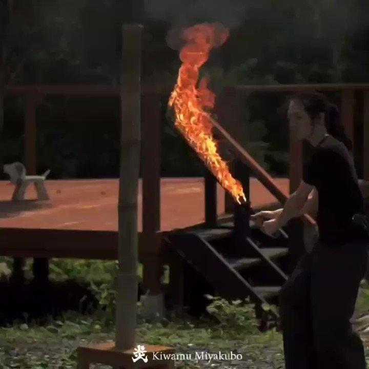 こちら炎刀と、よく斬れる竹です。 「何か斬って下さい!」と言われるのでやってみました🔥