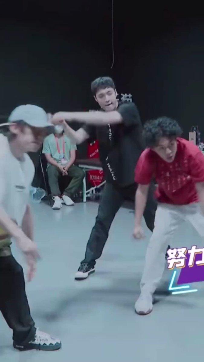 210917 SDC4 ep6 preview  yixing's haircut!!  Sooooooo cuuutttteee 🥰🥰  #LAYonSDC4 #StreetDanceOfChinaS4 @layzhang #张艺兴 #ZhangYixing