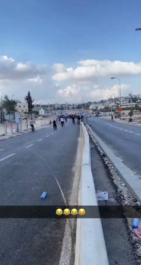 مسابقة في الركض بين شرطي اسرائيلي وشاب فلسطيني ! لن ترَ هذا المشهد في الاعلام