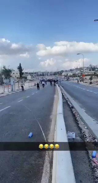 مسابقة ركض ودية بين شاب فلسطيني و شرطي إسرائيلي في القدس. هذا هو واقع الأمور