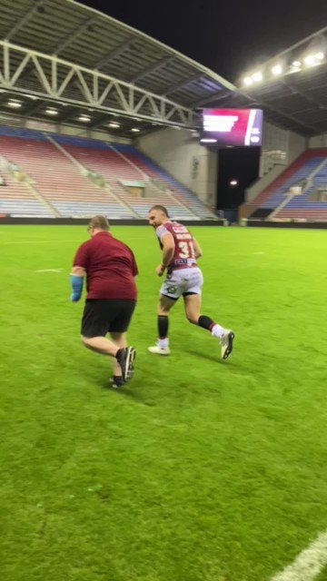 Love this... everybody's mate, the one and only Connah Campbell gives @JackoHastings some training tips after last night's win over @DragonsOfficiel. We need you in Perpignan Connah! ❤💛🍒🐉