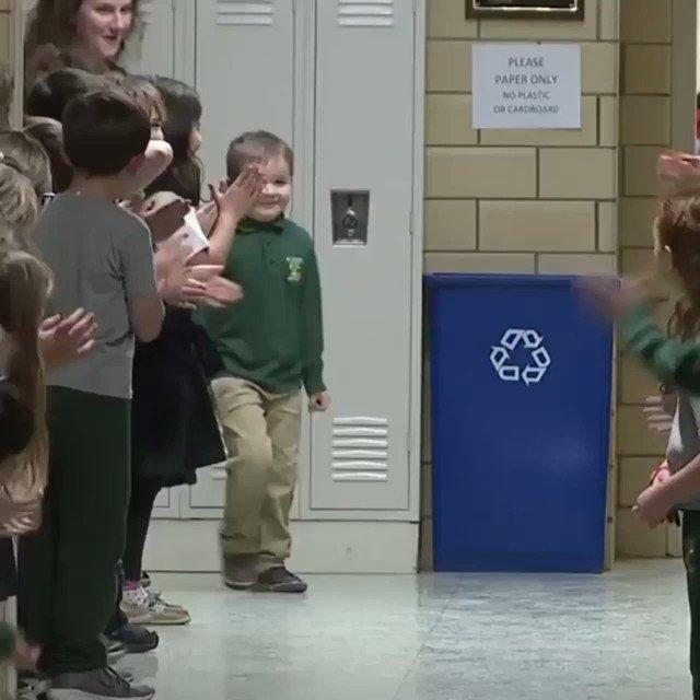 白血病に打ち勝った6歳の子供、学校に戻るとスタンディングオベーションで迎えられる。