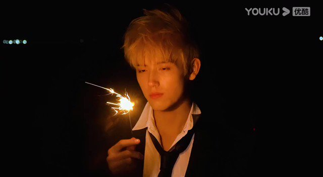 """220921 🐟   Youku, Weibo üzerinden BAZAAR'ın """"The Lighter and The Princess' Gown"""" dizisi için gerçekleştirdiği çekimden bir video paylaştı~  #陈飞宇 #ChenFeiyu #ArthurChen"""