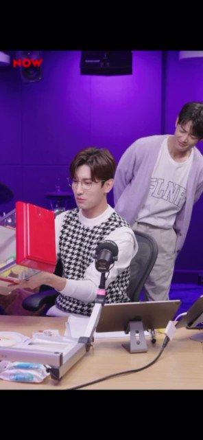 Lol Changmin was so focused on the claw machine, he didn't even notice Minho 😆😆  #최강창민 @TVXQ @now_freehug  #프리허그 #최강창민의프리허그