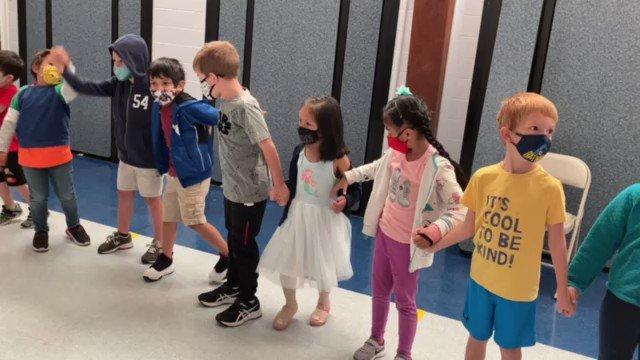 Kindergarten dances to Sopa de Caracol, a punta song from Honduras    Kinder baila Sopa de Caracol, una canción a ritmo de punta de Honduras 🇭🇳 🥣 🐌 💃 🕺 <a target='_blank' href='http://search.twitter.com/search?q=APSHHM'><a target='_blank' href='https://twitter.com/hashtag/APSHHM?src=hash'>#APSHHM</a></a> <a target='_blank' href='https://t.co/z9a6gWtpVf'>https://t.co/z9a6gWtpVf</a>