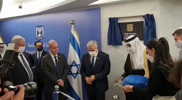 شاهدوا: لحظة قص شريط افتتاح السفارة الإسرائيلية في العاصمة البحرينية المنامة
