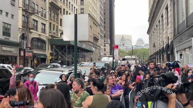 """""""Wake Up New York!"""": Anti-Vax Mandate Protesters Topple Covid Testing Tent During Teacher's March 0K2JfHkxnxh-zlRE"""