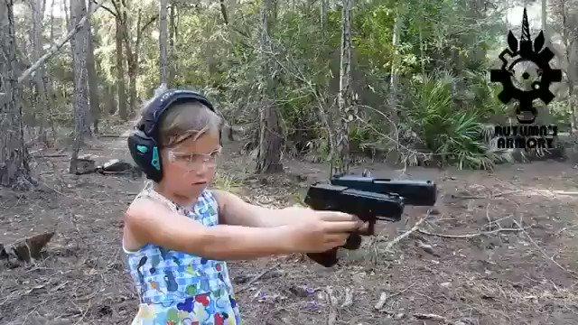 ロシアでは当たり前?ロシアの少女が銃を乱射する様子!