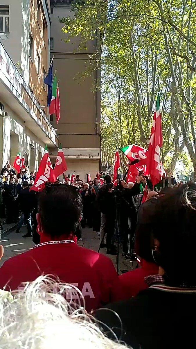 #Italy:  09/10 επίθεση φασιστών [στο περιθώριο της πορείας που είχαν ενάντια στο #GreenPass] στα γραφεία του εργατικού συνδικάτου #CGIL https://t.co/Qg8egaBzS7   10/10 #antifa συγκέντρωση σήμερα   #antireport